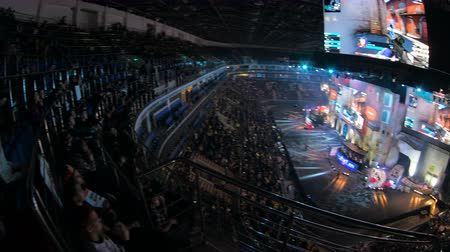 forma : MOSCOW, RUSSIA - OCTOBER 27 2018: EPICENTER Counter Strike: Global Offensive esports event. Fans on a tribunes, arena with a lot of lights. Panning view from overlooking spot. Vídeos
