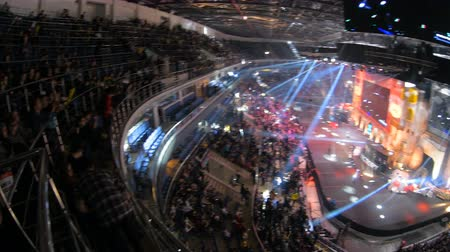 flama : MOSCOW, RUSSIA - OCTOBER 27 2018: EPICENTER Counter Strike: Global Offensive esports event. Fans on a tribunes, arena with a lot of lights. Panning view from overlooking spot. Stok Video