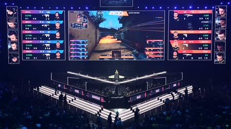 стример : MOSCOW, RUSSIA - 14th SEPTEMBER 2019: esports Counter-Strike: Global Offensive event. Main stage with a big screen showing the matchs game moments. Стоковые видеозаписи
