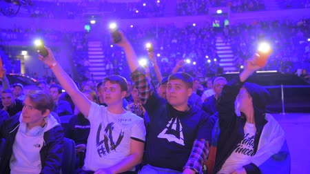 banderole : MOSCOU, RUSSIE - 14 SEPTEMBRE 2019: esports Counter-Strike: Global Offensive event. Les fans sur un tribun acclamant et soutenant leurs équipes préférées avec des lumières de téléphones.