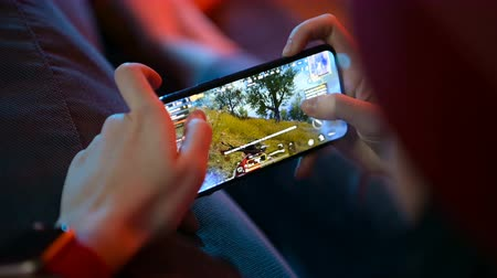 monitoração : MOSCOW, RUSSIA - December 2019: Playing a PUBG Mobile battle royale game on Apple Iphone 11 Pro gaming smart phone.