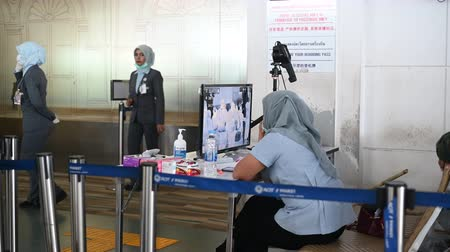 longontsteking : Phuket, Thailand - March 04 2020. Temperature control zone, monitor of thermal scanner camera to check people entering an airport during Coronavirus, Covid 19 outbreak in Thailand. Stockvideo