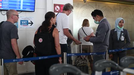 diagnóstico : Phuket, Thailand - March 04 2020: Passengers and airport staff wearing face masks at security control. Getting temperature checked for CoronaVirus before the flight.