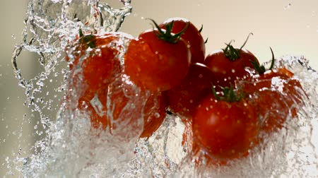 невероятный : Flying tomatoes on a background of water. Very beautiful studio shot. Slow motion.