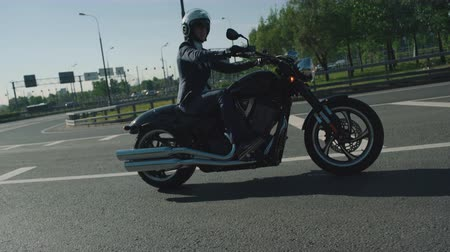 motocykl : Business man riding a motorcycle in a city Wideo