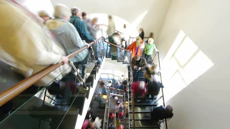 viagens de negócios : HD - Flow of people on the stairs Stock Footage