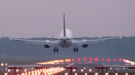 chegada : HD - Airplane landing on airport runway. Close-up