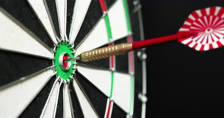 dárda : 4K - Dart hits the bullseye. Side view