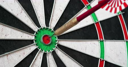 dárda : 4K - Darts. Dart hits the bullseye Stock mozgókép
