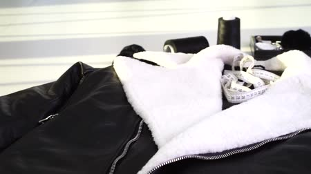 rachotit : leather jacket with white fur on the collar Dostupné videozáznamy