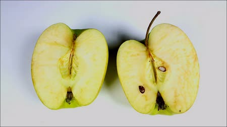 hijenik olmayan : Withered old rotten apples next fungus Stok Video
