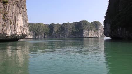 baía : Ha Long Bay in North Vietnam. Sailing thru the rock islands.