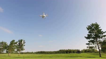 romsvetnik : Quadrocopter Flies for Golf Cart on a Golf Course