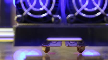 tabaka : 3D printer with dual extruder starts printing pink plastic first layer details Stok Video