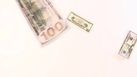 enflasyon : Dollar banknotes in denominations of twenty, fifty and one hundred feet down on a white background. Slow Mo.