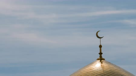 kazahsztán : TimeLapse. The golden crescent on the minaret of the Islamic mosque on a heavenly blue background with white clouds. Stock mozgókép