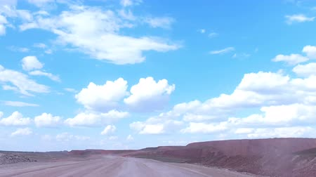 taş ocağı : Move the camera forward along the road to the open-cast mine behind the car on the horizon.