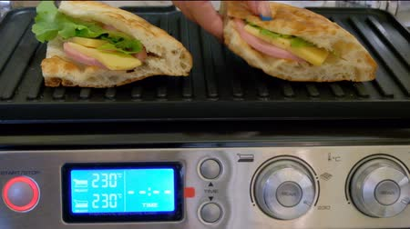 preslenmiş : Cooking grilled. The girl makes sandwiches. Quick hot breakfast. Stok Video