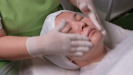 tatar : The procedure for the treatment of an Asian woman. It is a beautiful girl who is closes her eyes.