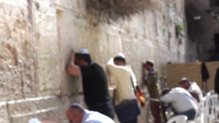 jerozolima : People pray at the western wall Wideo