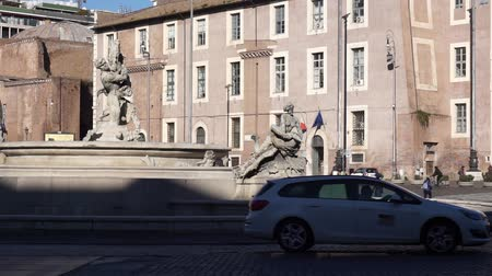 meio dia : ROME, ITALY - January 2019: The Piazza della Repubblica, one of the most important squares in Rome. Car traffic. Famous Fountain of the Naiads without water