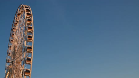 tekerlekler : Ferris wheel on sky background