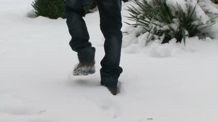 csizma : Man walking on fresh snow