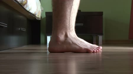 проснуться : Male feet getting out of bed Стоковые видеозаписи