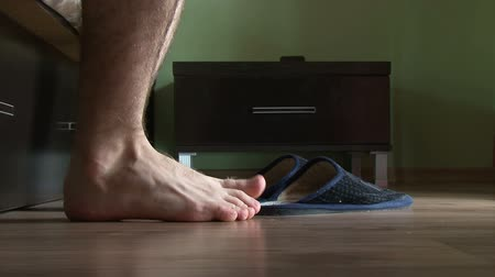 проснуться : Male feet getting out of bed, put on slippers