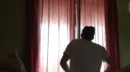 perdeler : Teenager waking up and opening drapes