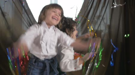 stáří : Young beautiful twin sisters dancing at a birthday party with confetti, slow motion