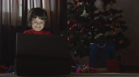 presentes : Young beautiful girl opening the Christmas present - 4k