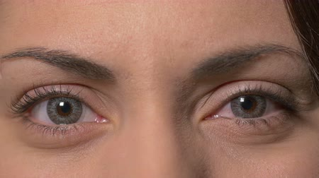 kontakt : Female eyes with contact lenses opening