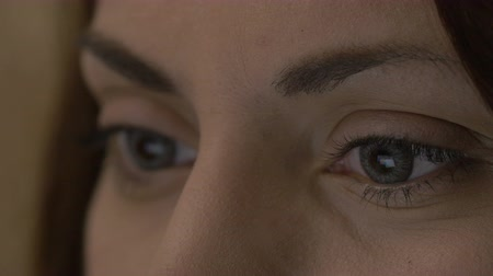 soczewki kontaktowe : Close-up of female eyes with contact lenses looking at a tablet Wideo