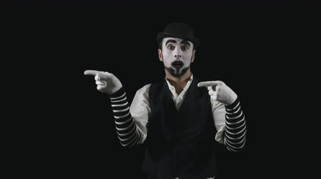 комедия : Young funny mime pointing and performing a comedy pantomime act