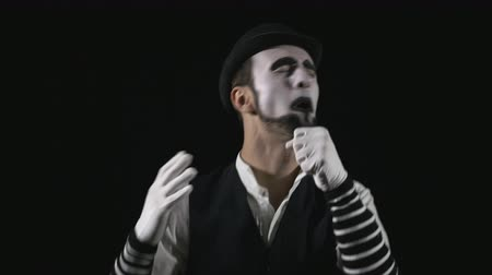 мегафон : Young funny singing mime singing and being deafened by a megaphone Стоковые видеозаписи