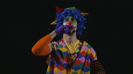 palyaço : Young funny clown sneezing