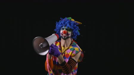 мегафон : Young funny clown shouting and using a megaphone Стоковые видеозаписи
