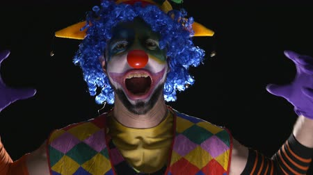 palyaço : Young hilarious clown making scary faces and laughing