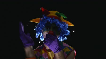 palhaço : Young hilarious clown making funny faces