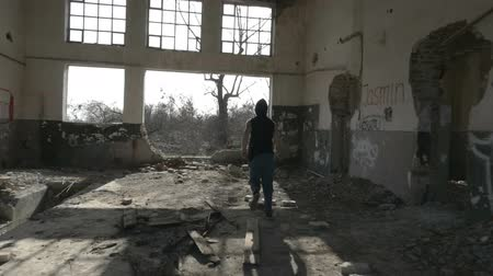 lento : Young hooded man jogging in an abandoned building