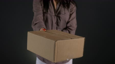 kurier : Hands of a courier holding carton cardboard box package Wideo