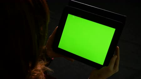 eszköz : Teenager girl reading online content on tablet pc with green screen