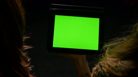 eszköz : Students having a debate and holding an tablet pc with green screen