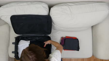аккуратный : Timelapse of woman packing clothes into a suitcase for travel Стоковые видеозаписи
