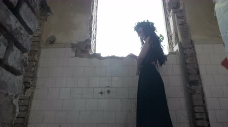 espartilho : Scarred gothic woman entrapped in haunted building looking out the window and hiding from ghosts Stock Footage