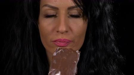 saborear : Sensual woman eating a delicious vanilla with chocolate topping ice cream