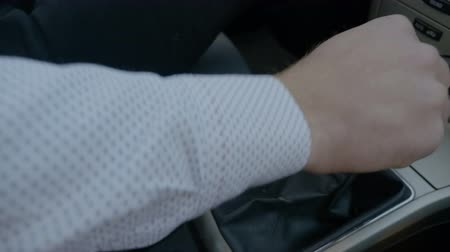 gearstick : Hand of man changing gears in car Stock Footage