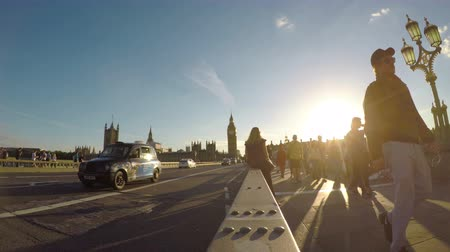 jubileu : LONDON - JULY 2017: Busy tourists people and vehicles on Westminster Bridge on summer day at sunset