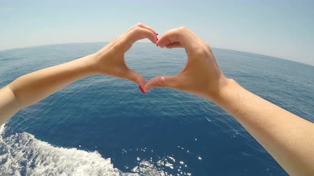 żaglowiec : Point of view of romantic couple forming heart shape with fingers sailing on cruise boat